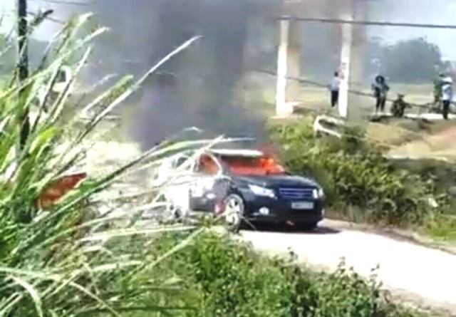 Xe chở đoàn công tác của Sở Xây dựng bất ngờ bốc cháy - 1
