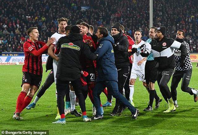 Những khoảnh khắc điên rồ chỉ có ở giải Bundesliga - 1