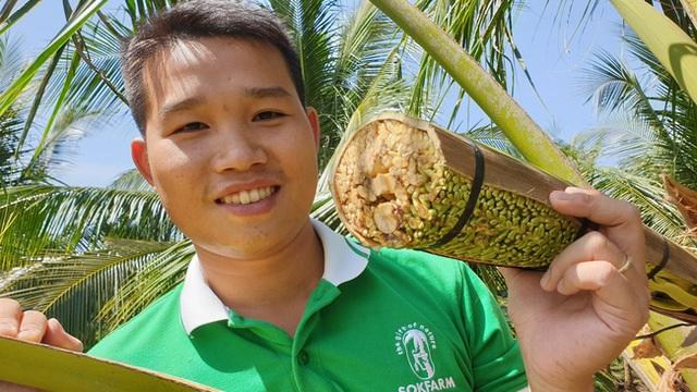 Massage hoa dừa để... lấy mật, 1 hoa chảy ra 25 lít, kiếm 250.000 đồng - 1