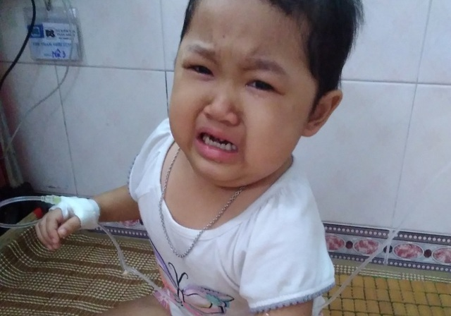 Xót xa cảnh bé gái đau đớn khóc khản giọng mong được ở bên cha - 1