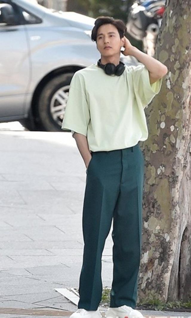 """Bị chụp trộm, Won Bin vẫn khẳng định nhan sắc """"mỹ nam"""" - 5"""