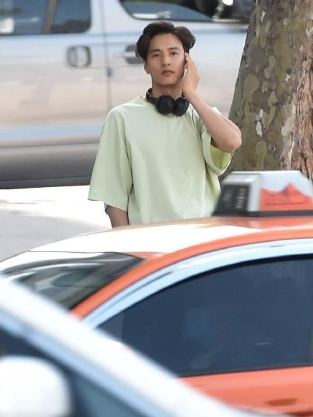 """Bị chụp trộm, Won Bin vẫn khẳng định nhan sắc """"mỹ nam"""" - 1"""