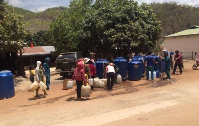 Bộ đội chở nước vào rừng giúp dân chống hạn - 6