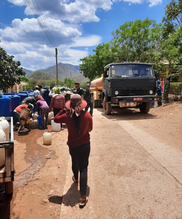 Bộ đội chở nước vào rừng giúp dân chống hạn - 5
