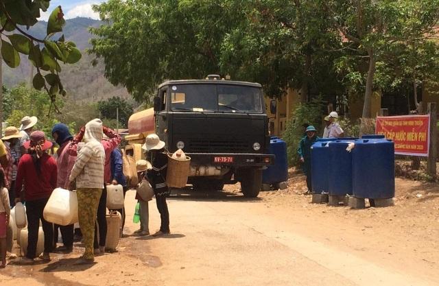 Bộ đội chở nước vào rừng giúp dân chống hạn - 4