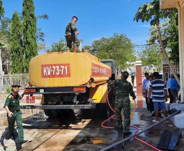 Bộ đội chở nước vào rừng giúp dân chống hạn - 3