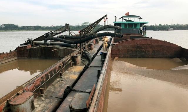 Hà Nội: Tạm giữ 8 tàu hút cát trái phép trên sông Hồng - 1