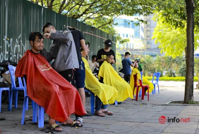 Dịch vụ cắt tóc miễn phí ở Hà Nội hút khách trở lại - 1