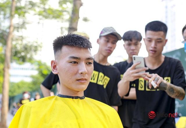 Dịch vụ cắt tóc miễn phí ở Hà Nội hút khách trở lại - 7