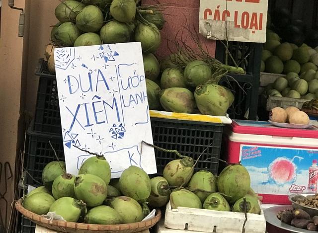 Nắng nóng 40 độ, chị gái chặt dừa mỏi tay, bán 500 quả mỗi ngày - 1