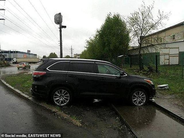 Cậu bé 10 tuổi lái ô tô với tốc độ 160 km/h chở em gái đi chơi - 1