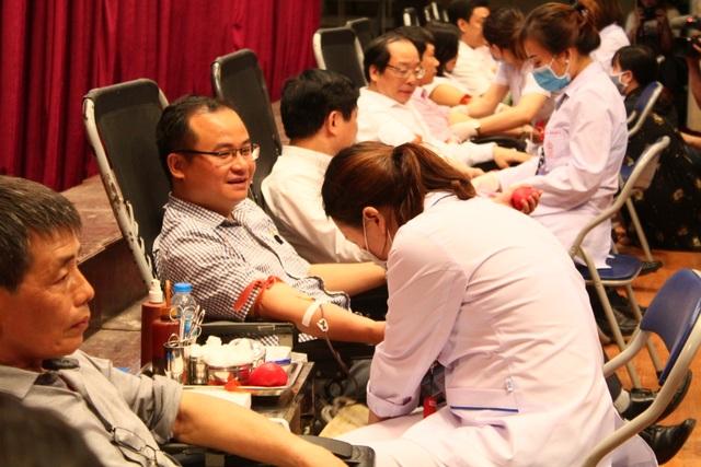 Thầy trò trường Báo nô nức tham gia ngày hội hiến máu tình nguyện - 3