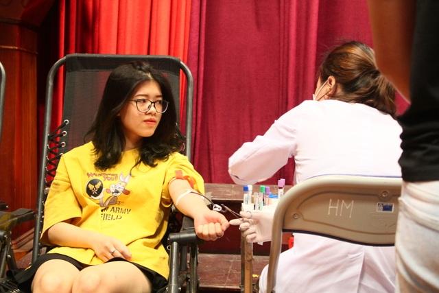 Thầy trò trường Báo nô nức tham gia ngày hội hiến máu tình nguyện - 7