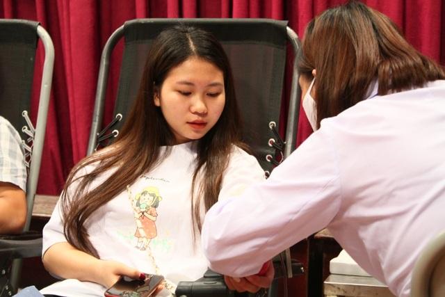Thầy trò trường Báo nô nức tham gia ngày hội hiến máu tình nguyện - 8