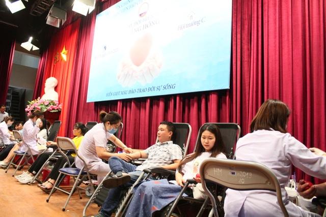 Thầy trò trường Báo nô nức tham gia ngày hội hiến máu tình nguyện - 1