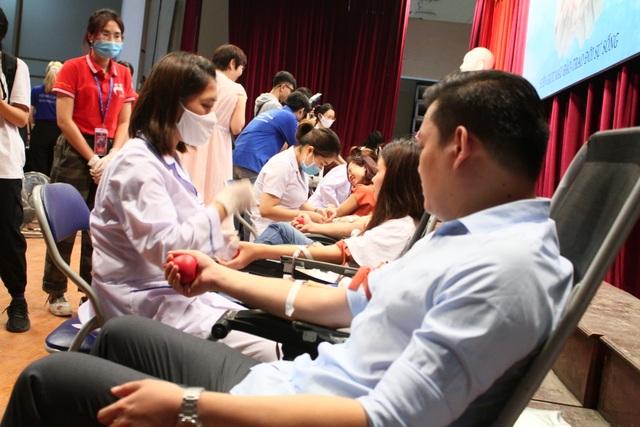 Thầy trò trường Báo nô nức tham gia ngày hội hiến máu tình nguyện - 6