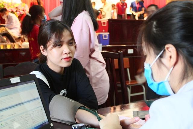Thầy trò trường Báo nô nức tham gia ngày hội hiến máu tình nguyện - 5