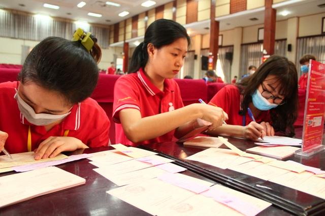 Thầy trò trường Báo nô nức tham gia ngày hội hiến máu tình nguyện - 9