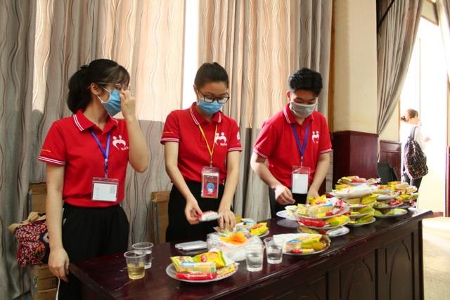 Thầy trò trường Báo nô nức tham gia ngày hội hiến máu tình nguyện - 11