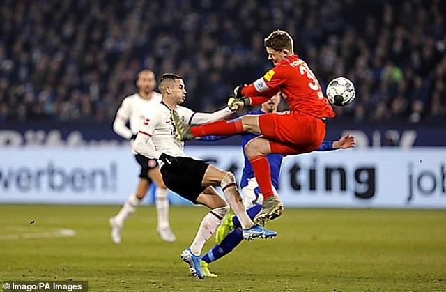 Những khoảnh khắc điên rồ chỉ có ở giải Bundesliga - 6