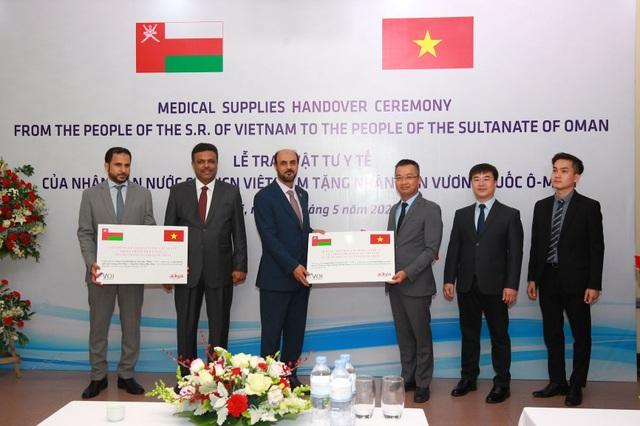 Oman tiếp nhận món quà 100.000 khẩu trang y tế từ Việt Nam - 1