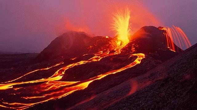 Phát hiện hồ nước rộng bằng 5 sân bóng ở miệng núi lửa hoạt động mạnh nhất - 1