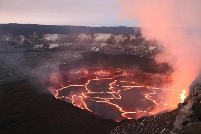 Phát hiện hồ nước rộng bằng 5 sân bóng ở miệng núi lửa hoạt động mạnh nhất - 3