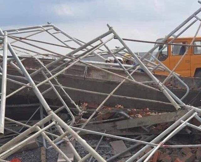 Sập tường công trình đang xây dựng, 10 người tử vong - 9