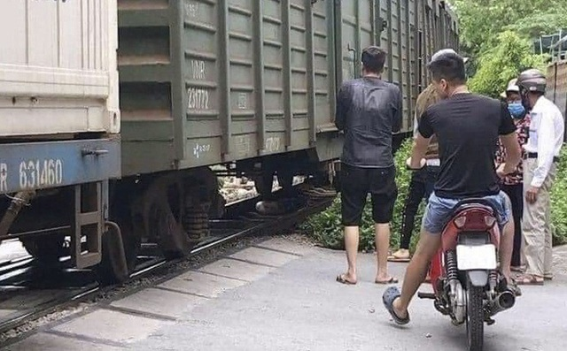 Hà Nội: Người phụ nữ lao vào tàu hỏa tự vẫn - 1