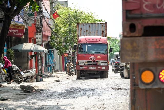 Thảm cảnh vừa bụi vừa lầy trên con đường đại gia ở Hà Nội - 1