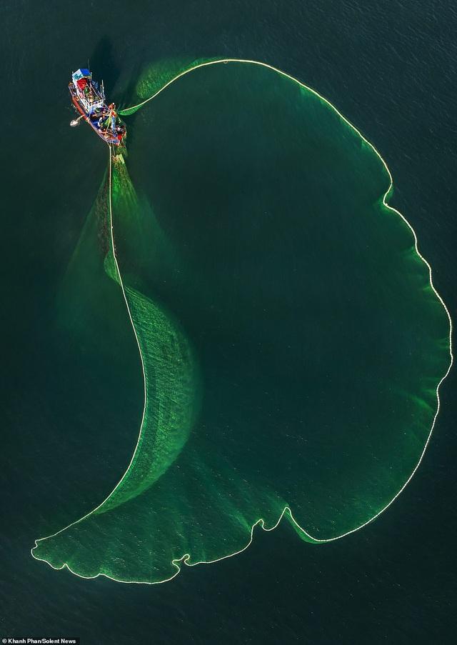 Báo Anh đăng tải bộ ảnh chài lưới đẹp mê hoặc của tay máy Việt Nam - 1