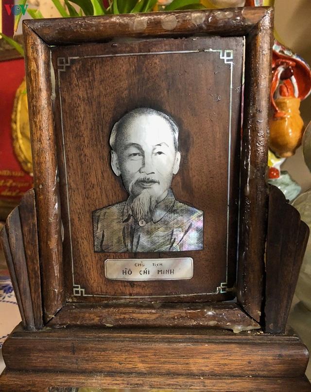 Bức chân dung khảm trai đặc biệt trên ban thờ Bác Hồ tại Marseille - 2