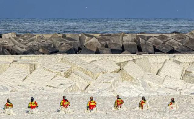 Bọt biển khổng lồ giết chết 5 người đi lướt sóng - 2
