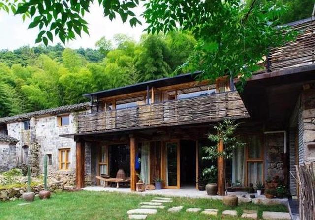 Cặp vợ chồng ở Trung Quốc bỏ việc lên núi, chi 13 tỷ đồng để cải tạo nhà - 1