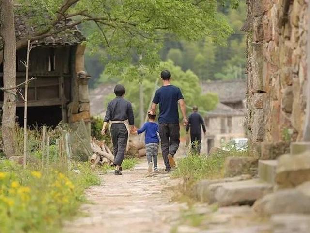 Cặp vợ chồng ở Trung Quốc bỏ việc lên núi, chi 13 tỷ đồng để cải tạo nhà - 2