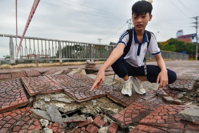 Hà Nội : Mặt cầu Tứ Hiệp sụt lún bất thường, người dân đi bộ cũng e dè - 4