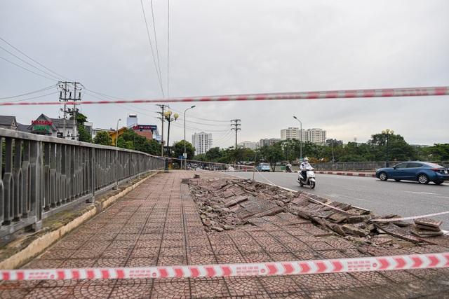 Hà Nội : Mặt cầu Tứ Hiệp sụt lún bất thường, người dân đi bộ cũng e dè - 2
