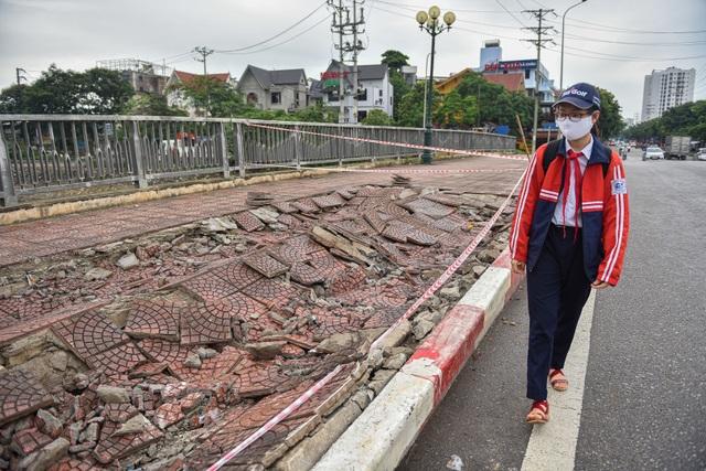 Hà Nội : Mặt cầu Tứ Hiệp sụt lún bất thường, người dân đi bộ cũng e dè - 5