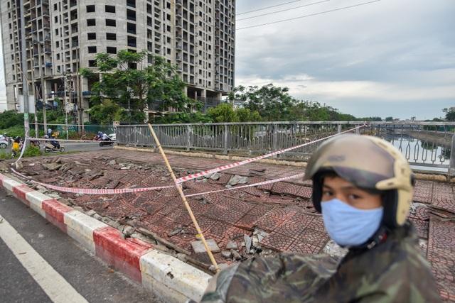 Hà Nội : Mặt cầu Tứ Hiệp sụt lún bất thường, người dân đi bộ cũng e dè - 11
