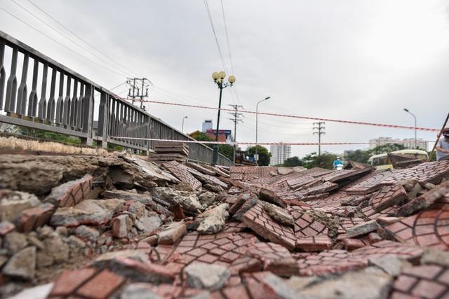 Hà Nội : Mặt cầu Tứ Hiệp sụt lún bất thường, người dân đi bộ cũng e dè - 15