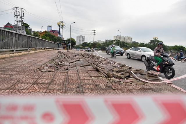 Hà Nội : Mặt cầu Tứ Hiệp sụt lún bất thường, người dân đi bộ cũng e dè - 12