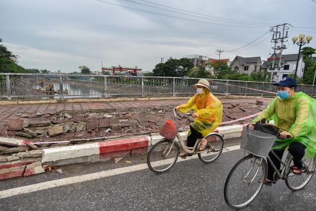 Hà Nội : Mặt cầu Tứ Hiệp sụt lún bất thường, người dân đi bộ cũng e dè - 7