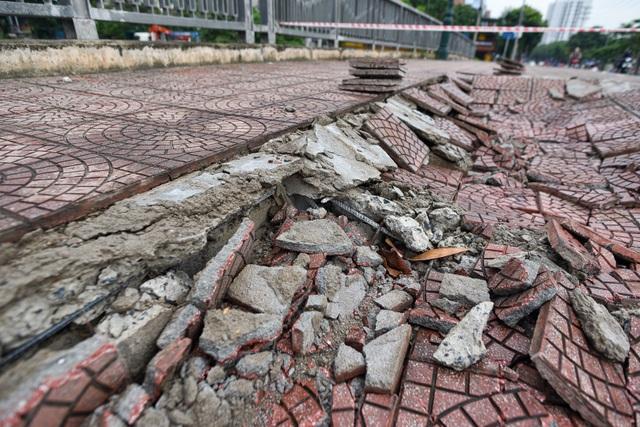 Hà Nội : Mặt cầu Tứ Hiệp sụt lún bất thường, người dân đi bộ cũng e dè - 8