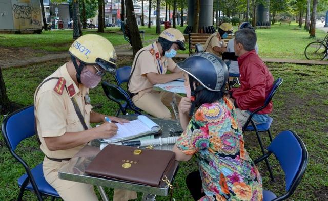 Người dân ngạc nhiên khi bị CSGT bất ngờ dừng xe kiểm tra  - 2