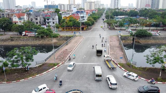 Hà Nội : Mặt cầu Tứ Hiệp sụt lún bất thường, người dân đi bộ cũng e dè - 1