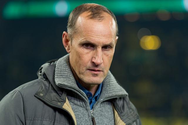 HLV ở Bundesliga bị cấm chỉ đạo vì tự ý đi mua... kem đánh răng - 1