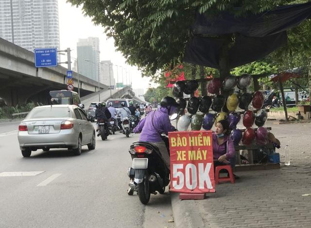 Người dân cuống cuồng, rồng rắn xếp hàng đi mua bảo hiểm xe máy, ô tô - 2