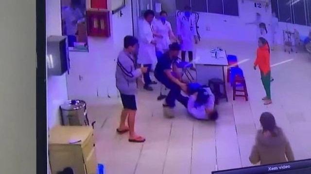 Hai cha con vây đánh điều dưỡng, bảo vệ bệnh viện - 1