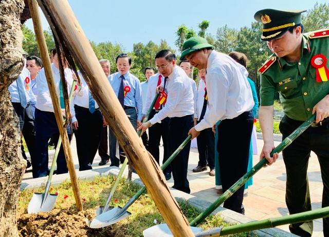 Thủ tướng cắt băng khánh thành đền thờ gia tiên Chủ tịch Hồ Chí Minh - 3