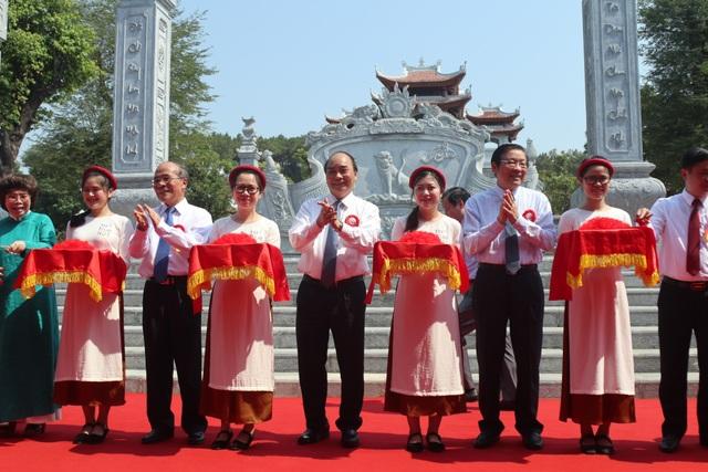 Thủ tướng cắt băng khánh thành đền thờ gia tiên Chủ tịch Hồ Chí Minh - 1
